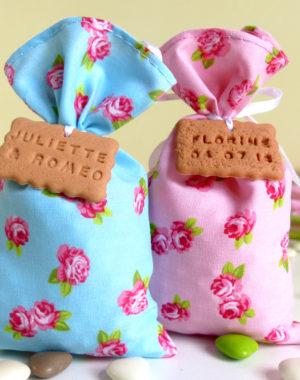 Sachet de dragées fleur bleu/rose, pour un mariage gourmand et romantique !